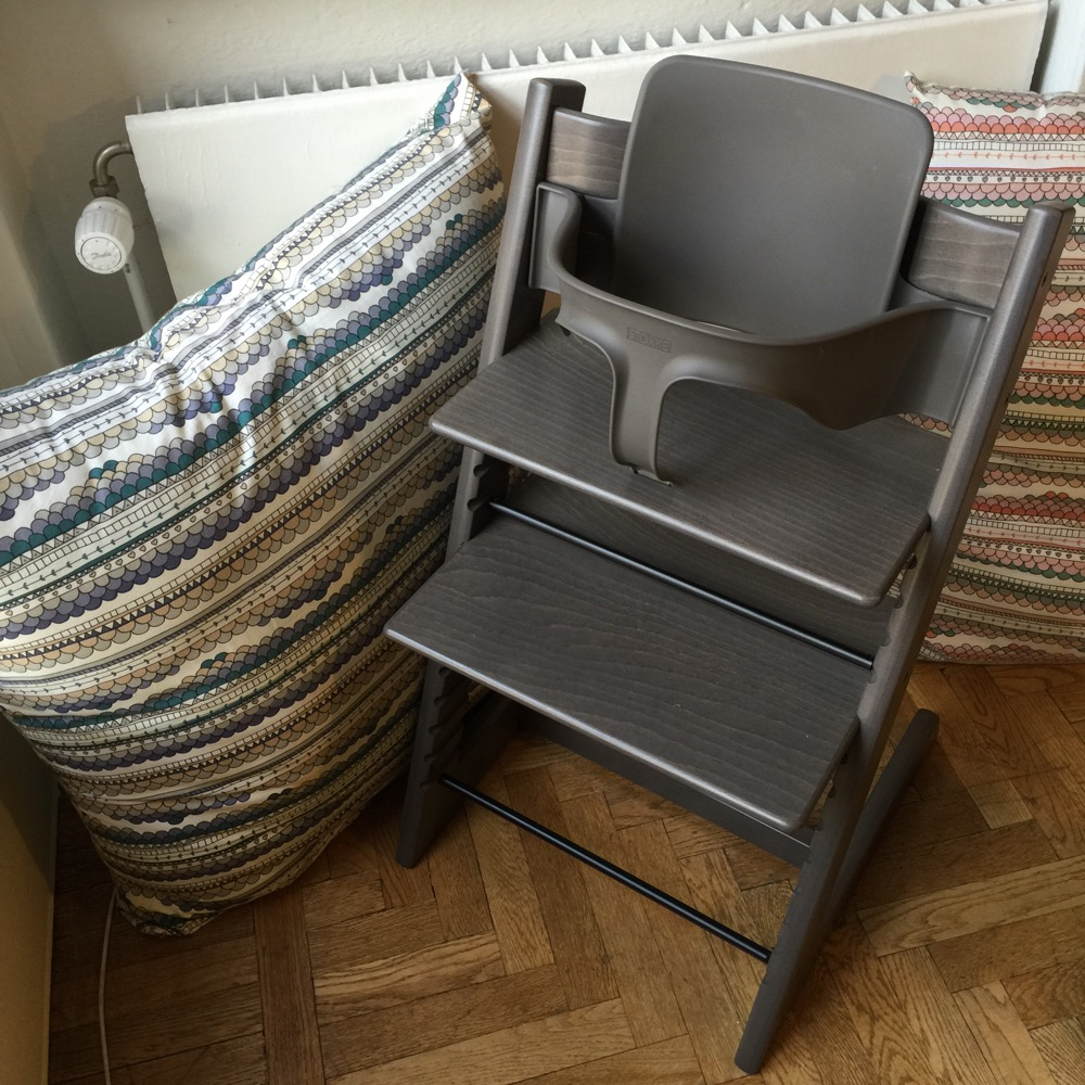 tripp trapp hazy grey barnplaggsguiden sheila arnell. Black Bedroom Furniture Sets. Home Design Ideas