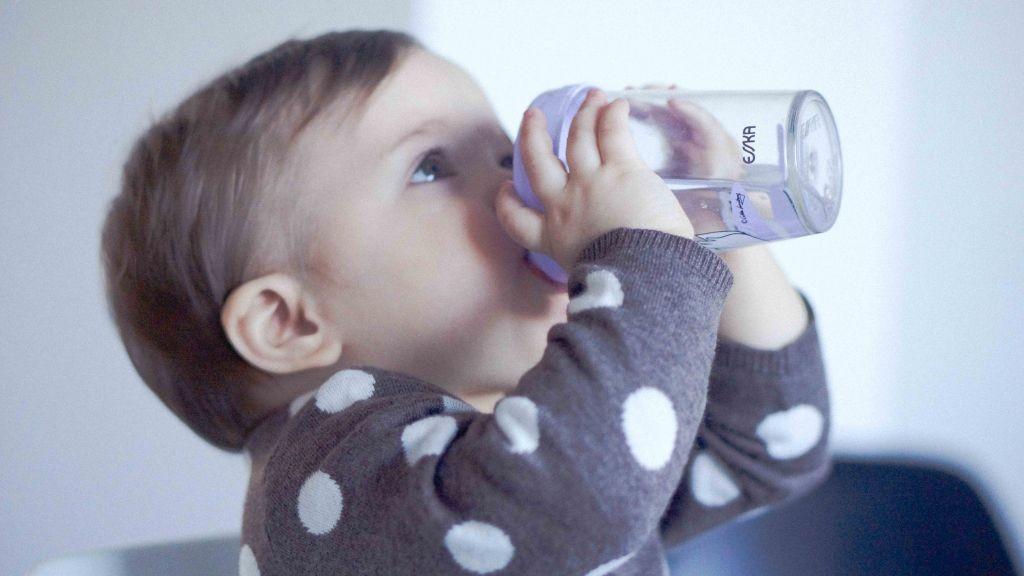 Vannen bebisen vinkade at henne