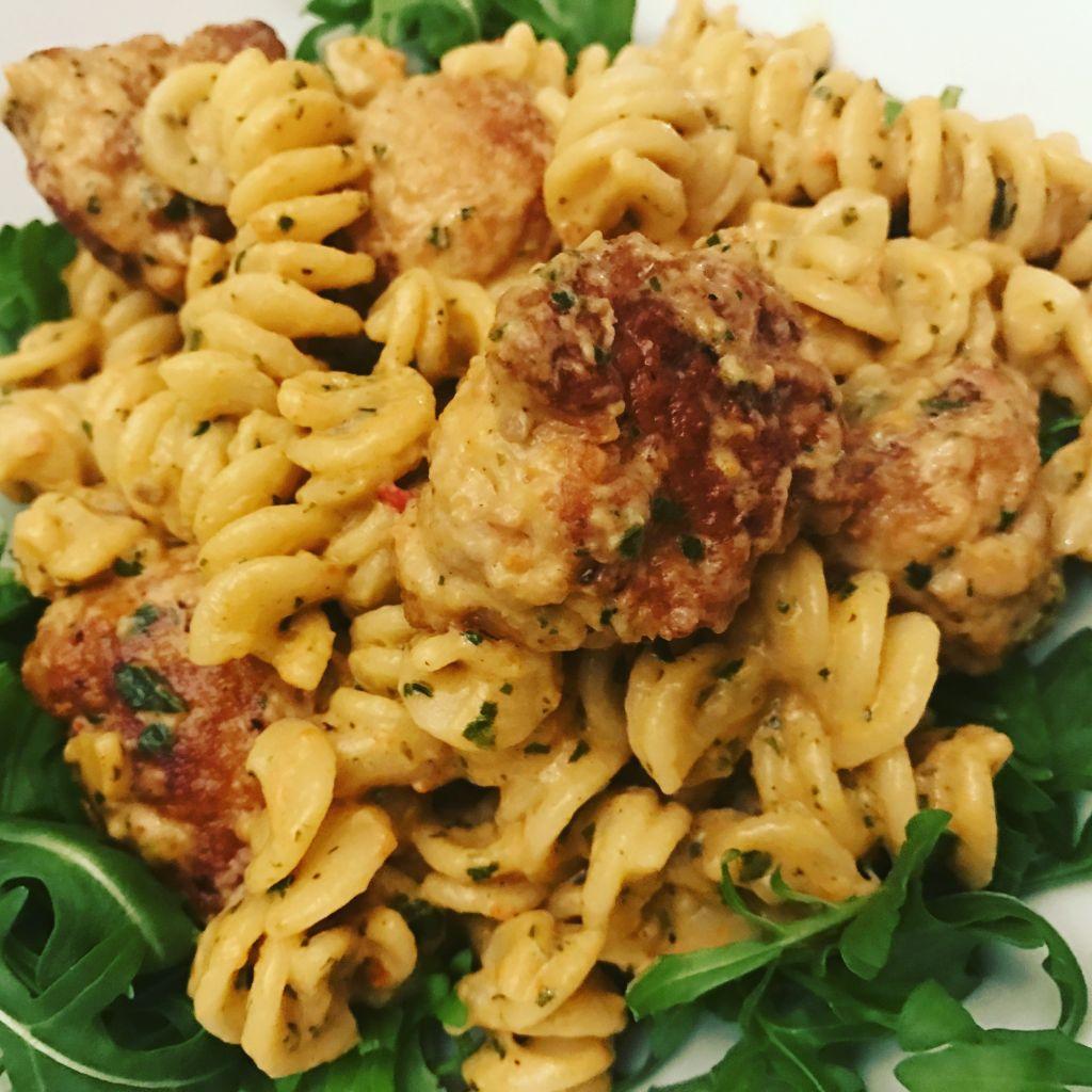 Fusilli med kycklingbullar med basilika och soltorkade tomater, middagstips, vardagsmat
