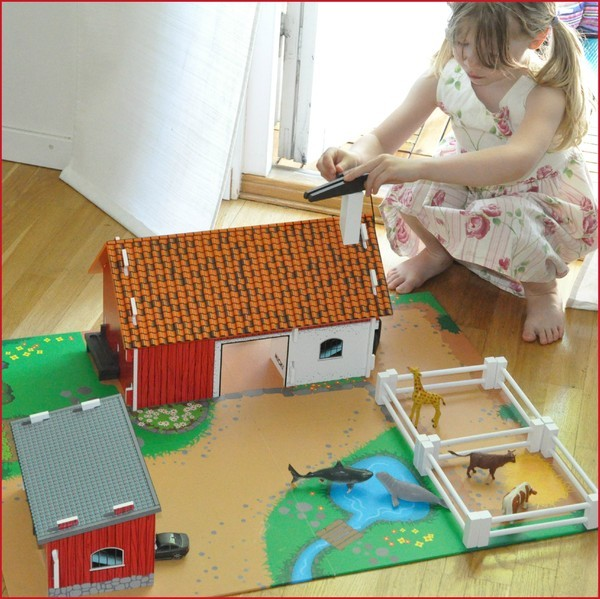 Just nu leker barnen så mycket med Lantgården från Micki. Husen och  staketen är i trä och man kan veva upp en liten liten hiss (den får vi ta  bort dock då ... 675db175de319