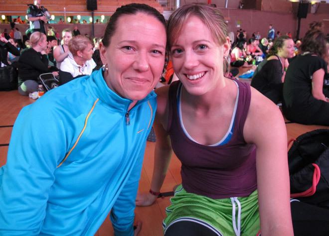 Mela och Ruth pausar mellan träningspassen.
