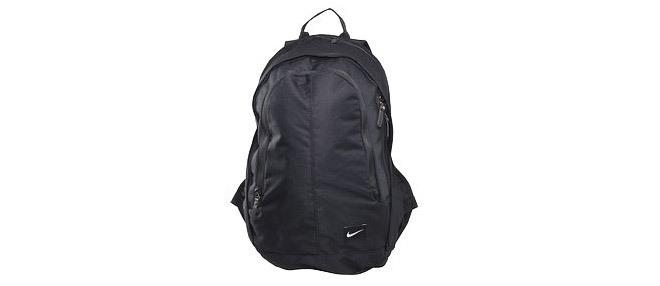Svart, diskret väska från Nike.