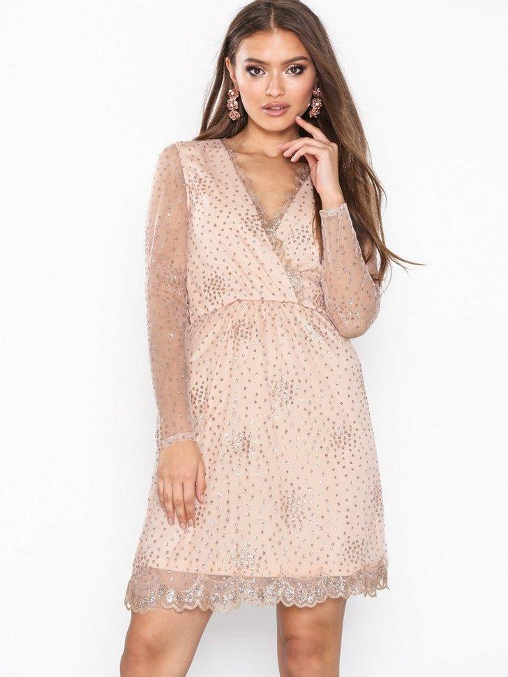fb82c9113961 Den här drömklänningen! Min tanke är att ha den på Theodors dop! Så fin,  hade nog köpt den även om den inte var på 50%.