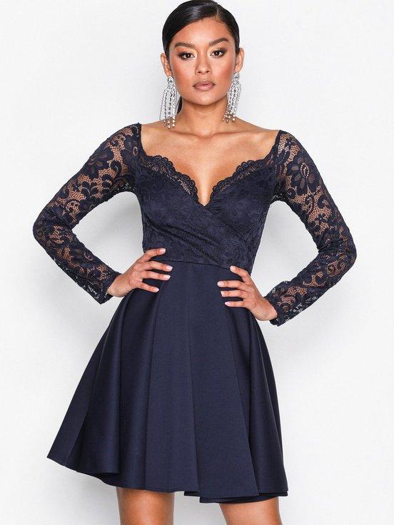a39a3b7ea115 Det här är en sådan klänning som jag känner man bara måste ha i garderoben.  Den är enkel, men uppklädd, en typisk alltiallo klänning man skulle kunna ha  ...