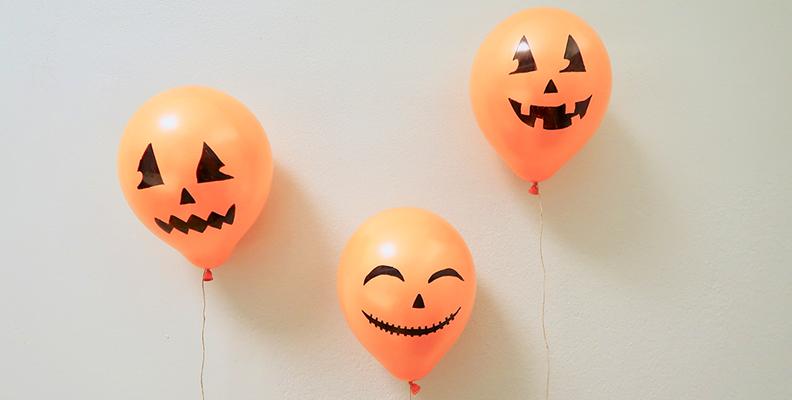 Gör pumpaballonger till Halloweenkalaset!