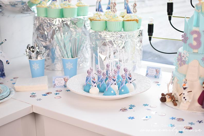 Emily gjorde cakepops som heter duga till dotterns Frostkalas!