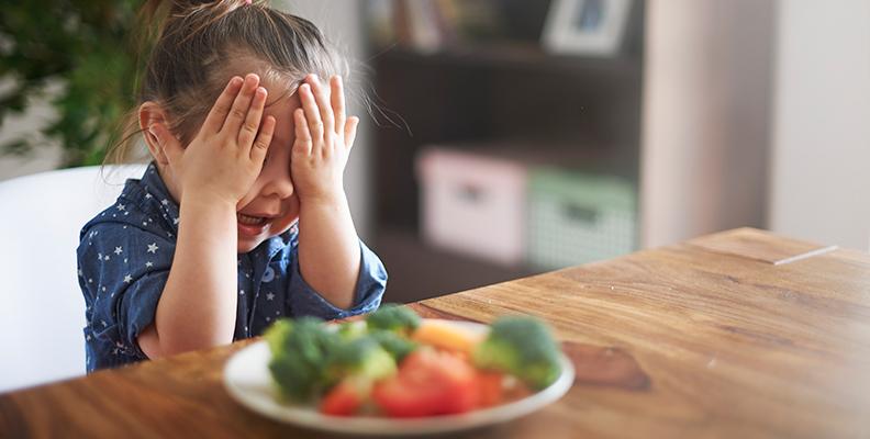 Så kan du få ditt barn att äta mer frukt och grönsaker