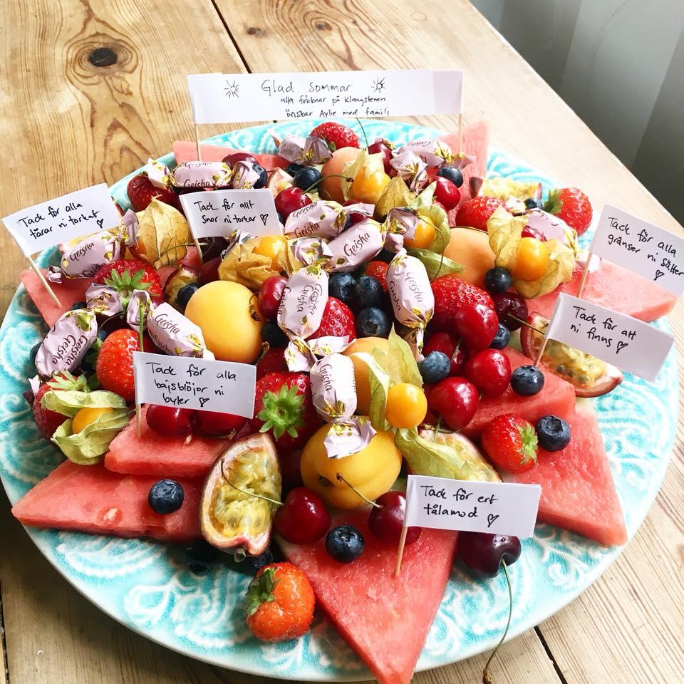Lindas presenttips till förskolan är att göra ett härligt fruktfat med uppmuntrande ord