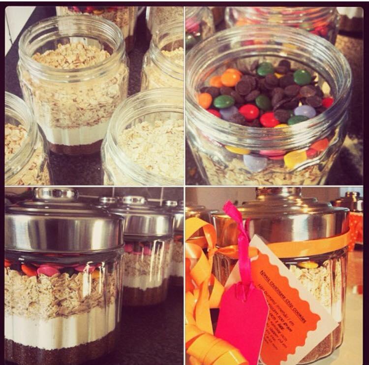Emmelie satte ihop burkar med ingredienser till barnens favoritkakor till förskolans personal