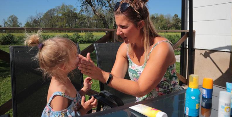 Linda testar solkräm tillsammans med dottern